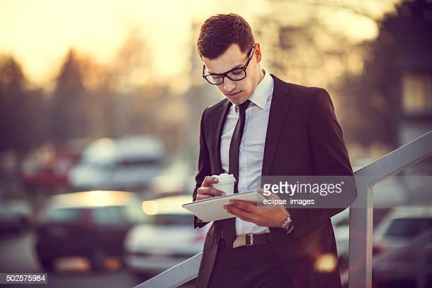 Homme d'affaires avec une tablette