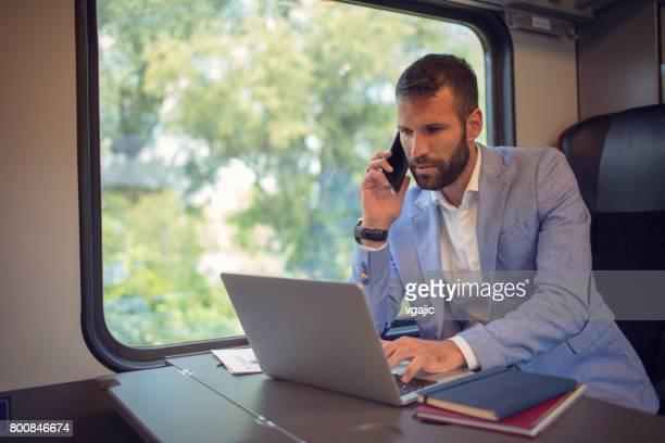 Homme d'affaires travaillant et voyageant en train