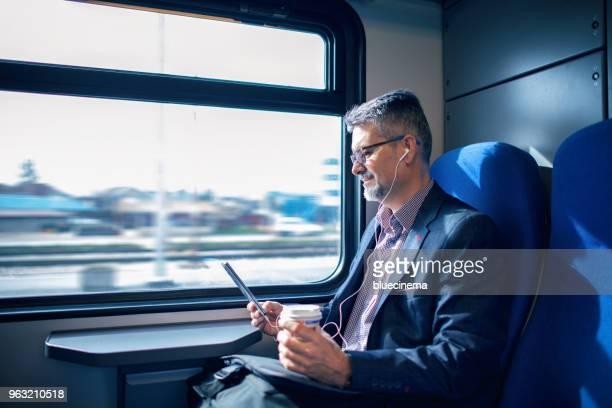 zakenman werken en reizen met de trein - trein stockfoto's en -beelden