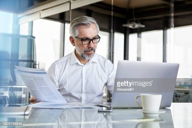 businessman working at desk in office - kontrolle stock-fotos und bilder
