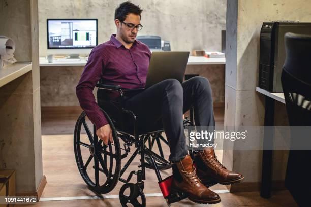 Geschäftsmann, arbeiten aus seinem Rollstuhl