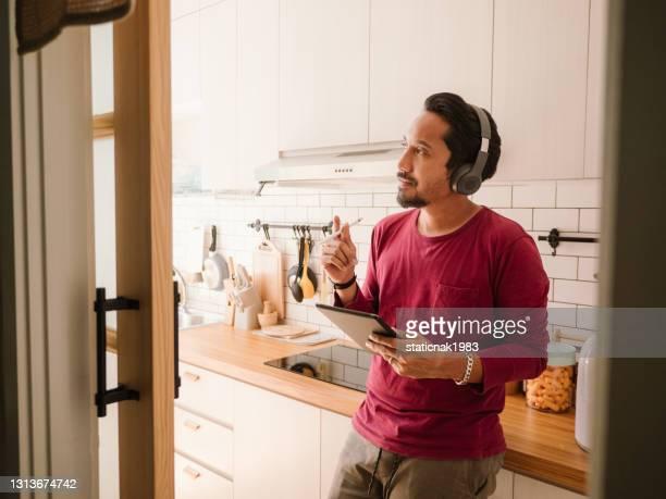 zakenman die van huis werkt. - flexplekken stockfoto's en -beelden