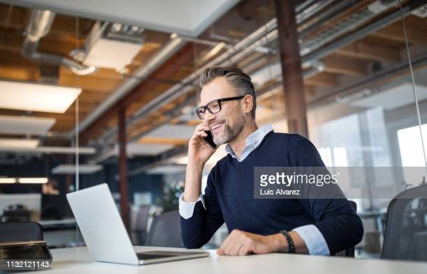 businessman working in a new office - telefoon gebruiken stockfoto's en -beelden