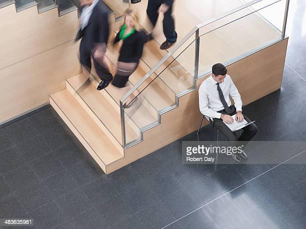 Hombre de negocios trabajando en oficina de la zona de trabajo