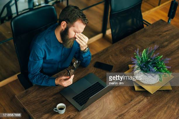 empresario que trabaja en el cargo, pandemia covid-19 - evitar fotografías e imágenes de stock