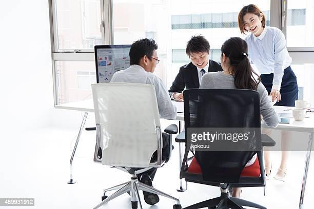 ビジネスマンオフィスで働く