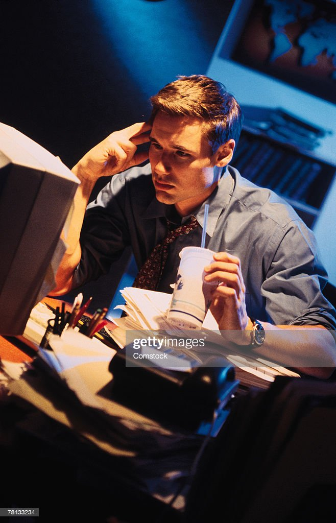 Businessman working late at computer : Stockfoto