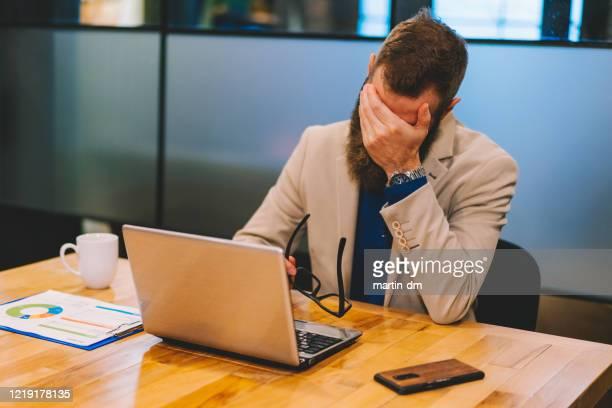 夜遅くまで働くビジネスマン - 株価暴落 ストックフォトと画像