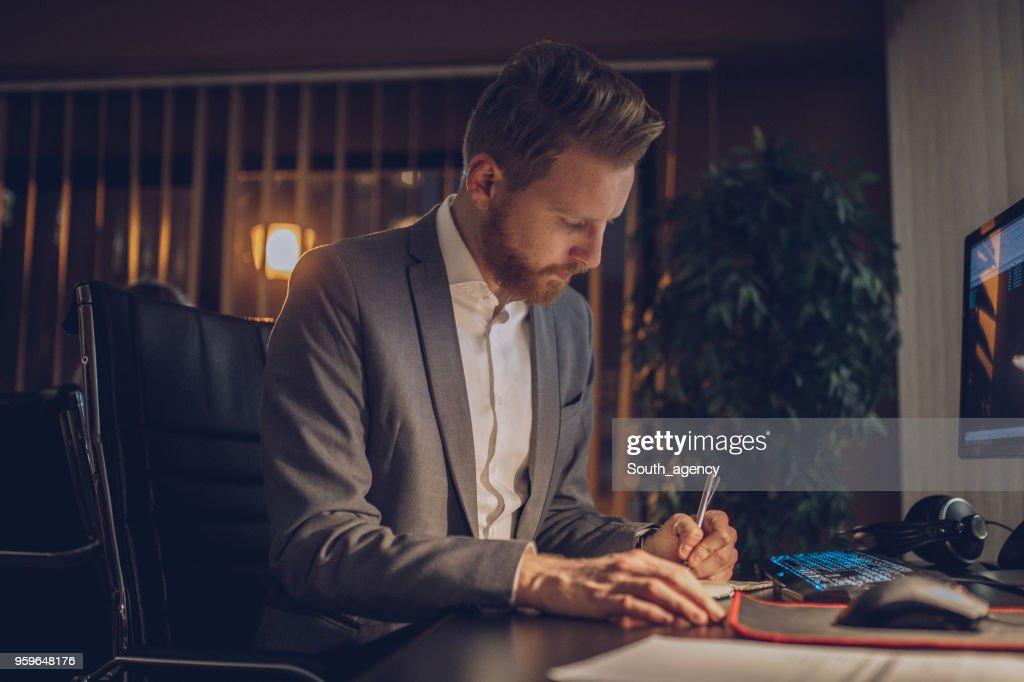 Geschäftsmann Arbeiten spät in die Nacht : Stock-Foto