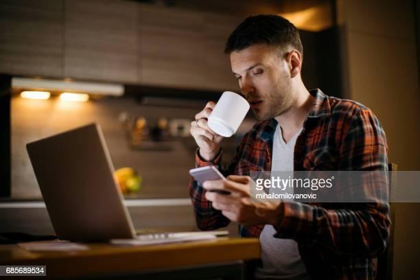 Hombre de negocios trabajando tarde en la noche
