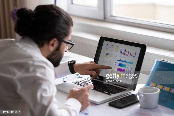 empresário trabalhando em relatório financeiro de operações corporativas, saldo - big data - fotografias e filmes do acervo