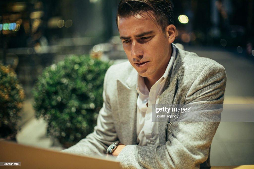 Geschäftsmann, arbeiten am Laptop in Coffee-shop : Stock-Foto
