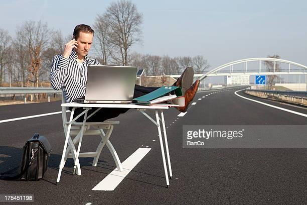Hombre de negocios trabajando en la computadora portátil, calle principal