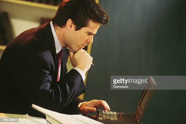 businessman working on laptop - 1990 1999 - fotografias e filmes do acervo