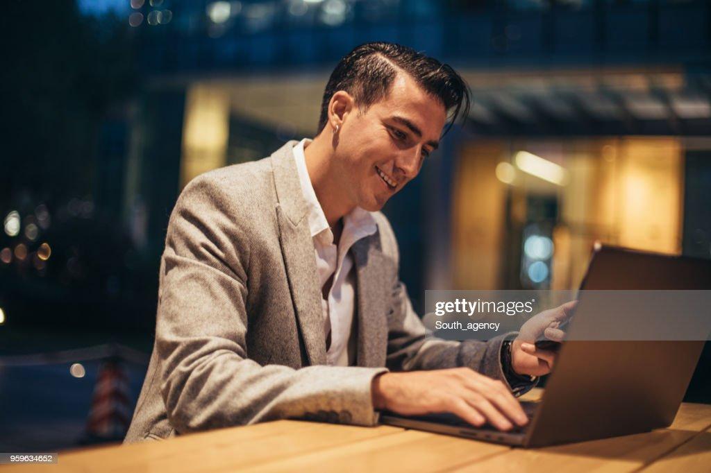 Geschäftsmann Arbeiten am laptop  : Stock-Foto