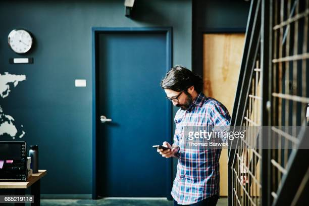 businessman working on smartphone in high tech office - vestuário de trabalho - fotografias e filmes do acervo