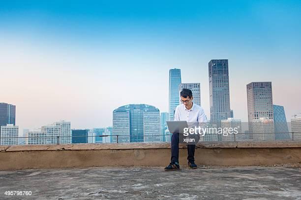 Geschäftsmann Arbeiten auf die skyline der Stadt
