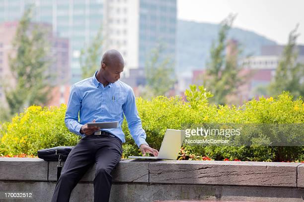 Homme d'affaires travaillant en plein air
