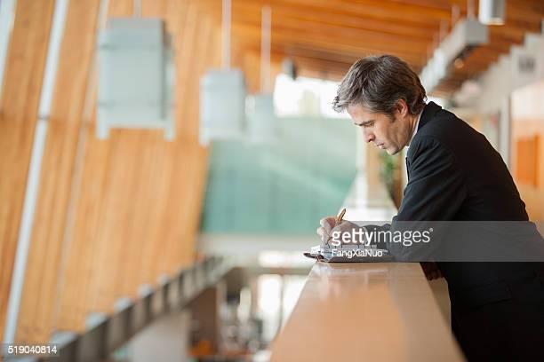 businessman writing in a weekly planner - foco técnica de imagem - fotografias e filmes do acervo