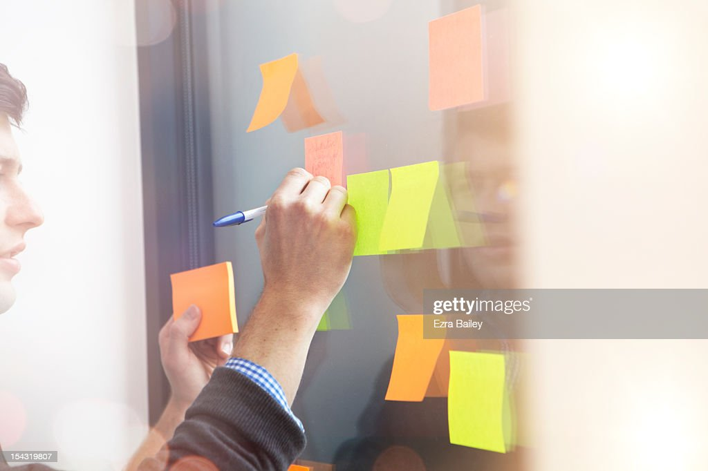 Businessman writing on a sticky note. : Foto de stock