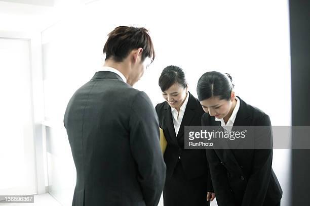 businessman&businesswomen in the office - respeito - fotografias e filmes do acervo