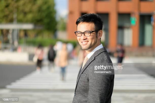 ビジネス地区の通りで実業家の肖像画 - ハンサム ストックフォトと画像
