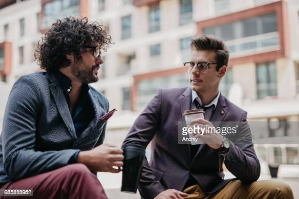Geschäftsleute haben Gespräch während der Kaffeepause