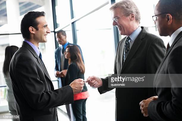 ビジネスマンネットワーキングイベントの名刺を手渡す