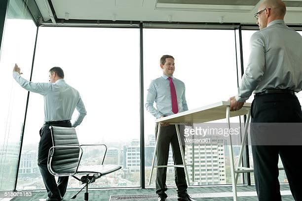 businessmen carrying desk in new office - 位置付ける ストックフォトと画像