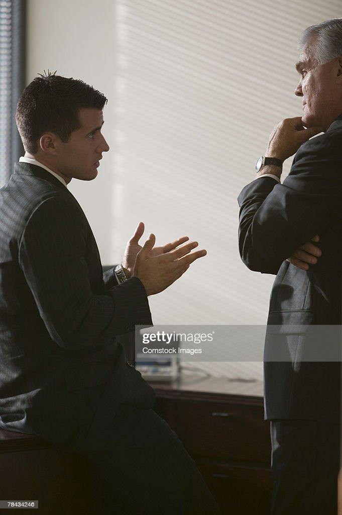 Businessmen conversing : Stockfoto