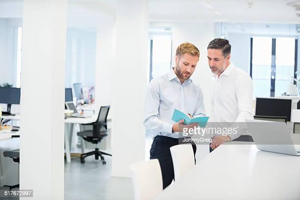Geschäftsleute diskutieren im Büro-Broschüre