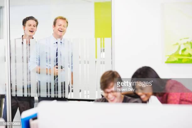 Hommes d'affaires Écouter d'une oreille indiscrète sur collègues