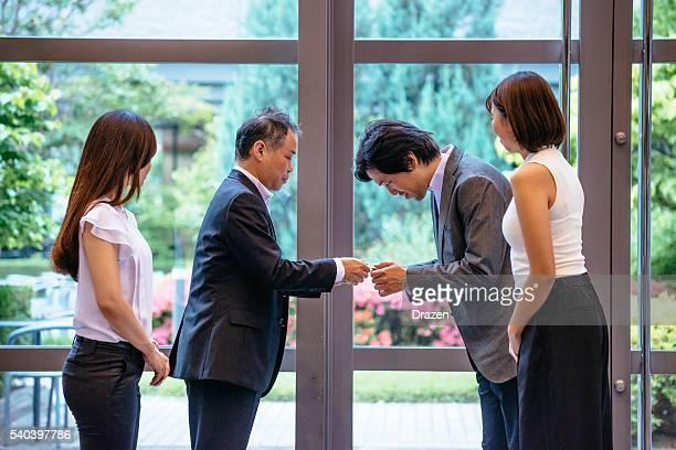 ビジネスマン名刺を手渡す