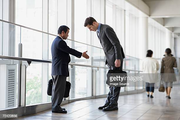 businessmen greeting - culturen stockfoto's en -beelden