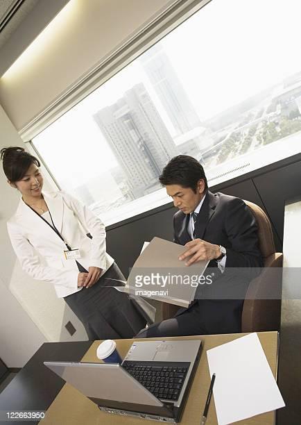businessmen having a meeting in the office - directeur d'exploitation photos et images de collection