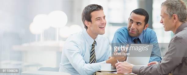 empresários com reunião no escritório - persuasão - fotografias e filmes do acervo