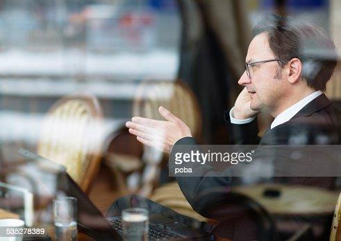 Hommes d'affaires dans un café parler sur le téléphone