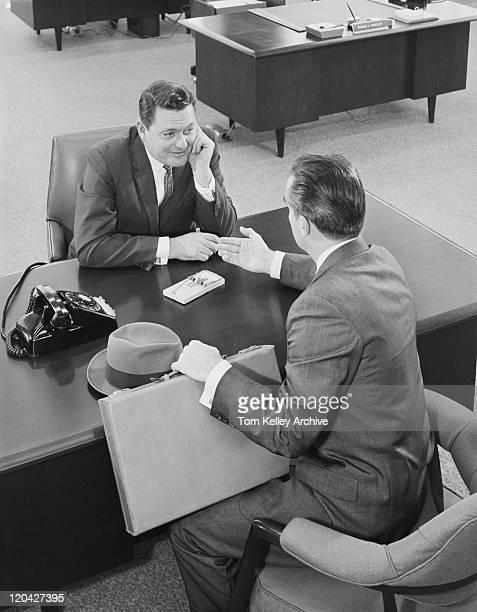 ビジネスマンのデスクでオフィスでのディスカッション