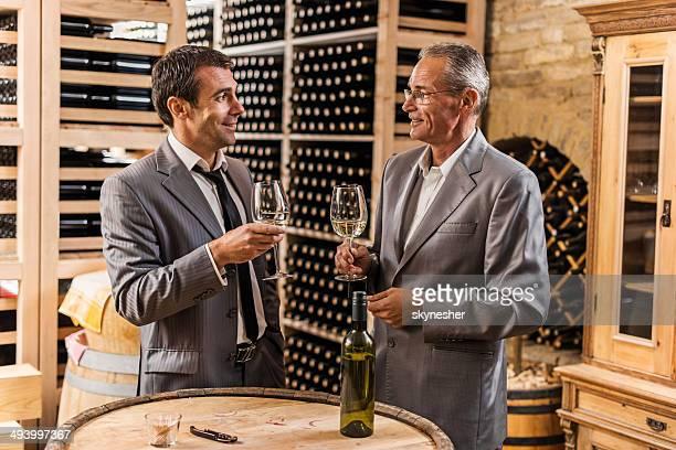 Hommes d'affaires dans une cave à vin.