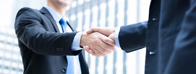 Businessmen making handshake 950201074