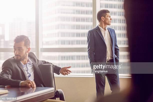 ビジネスマンオフィスでのミーティング