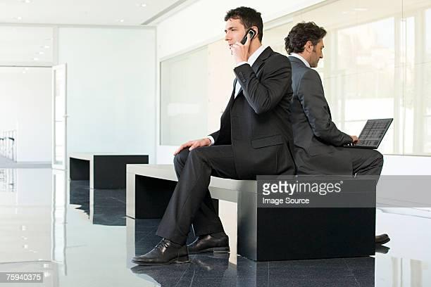 Hommes d'affaires dos à dos samedi