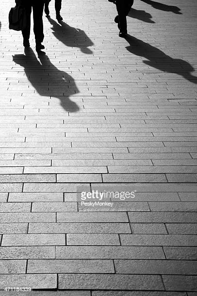 Geschäftsleute gehen auf Brick für Schatten