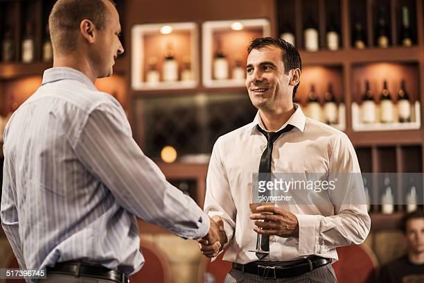 ビジネスマンに手を振るバーがございます。