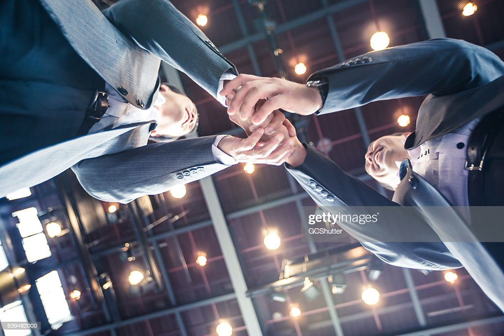 実業家握手をするの契約上の高いホテルです。 : ストックフォト