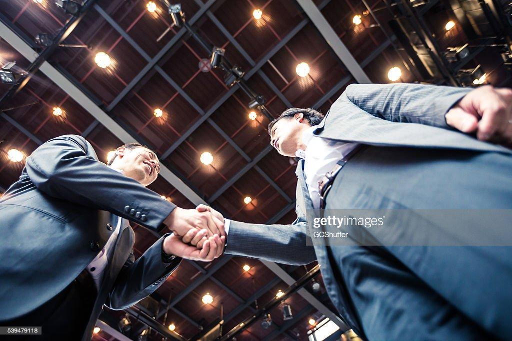 実業家握手をするの契約を取得します。 : ストックフォト