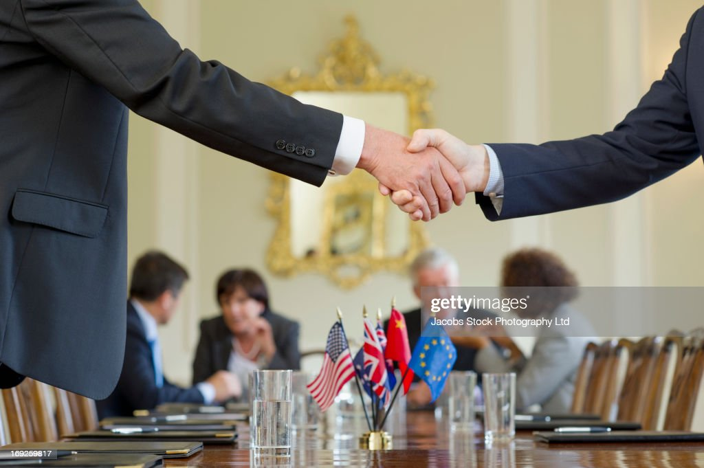 Businessmen shaking hands in meeting : Stock-Foto