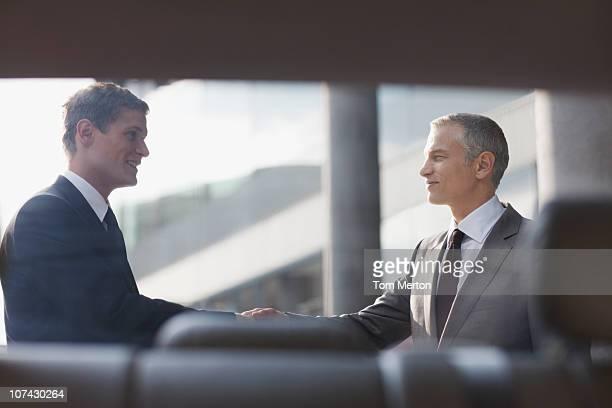 Hombres de negocios estrechándose las manos