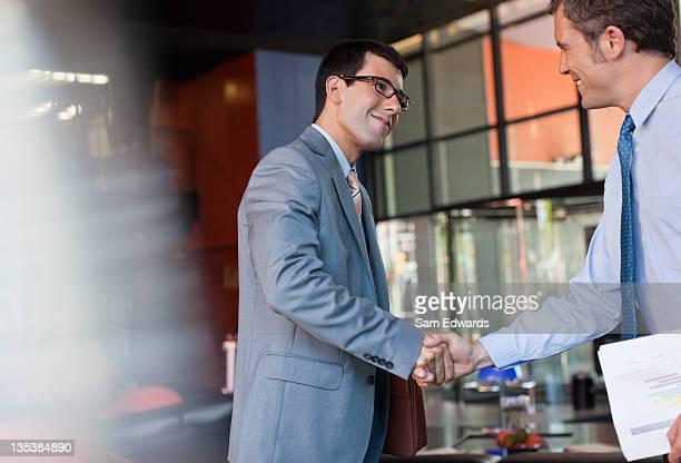 Geschäftsleuten beim Händeschütteln