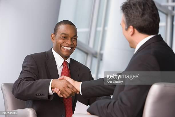 businessmen shaking hands - président photos et images de collection